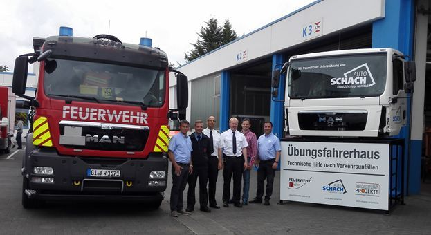 Übergabe einer LKW-Fahrerkabine für Ausbildungszwecke an die Feuerwehr