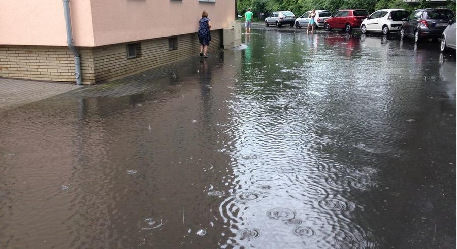 Blick in eine überwschwemmte Straße bei heftigem Regenwetter
