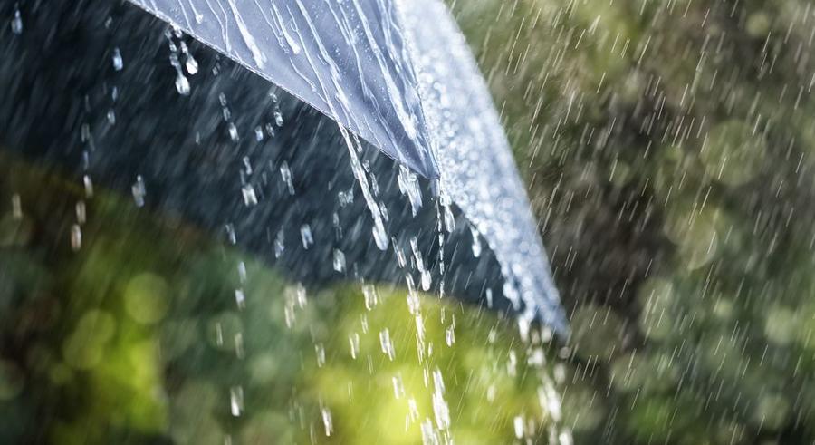 Starker Regen prallt auf einen Regenschirm