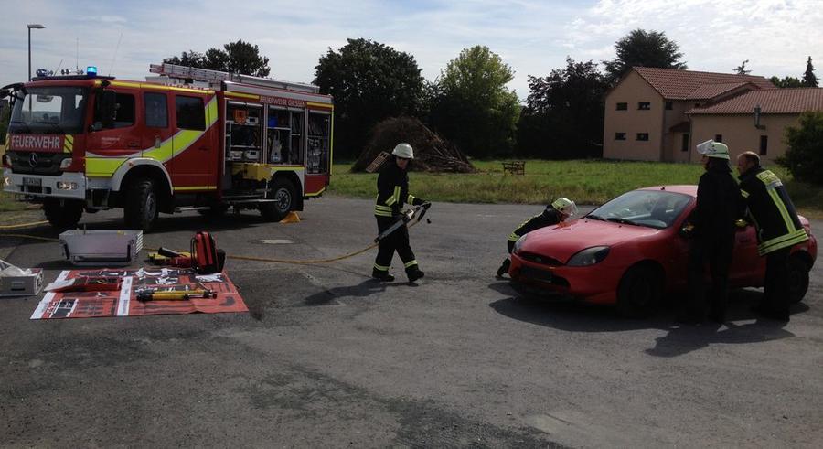 Feuerwehrübung Rettung einer eingeklemmten Person