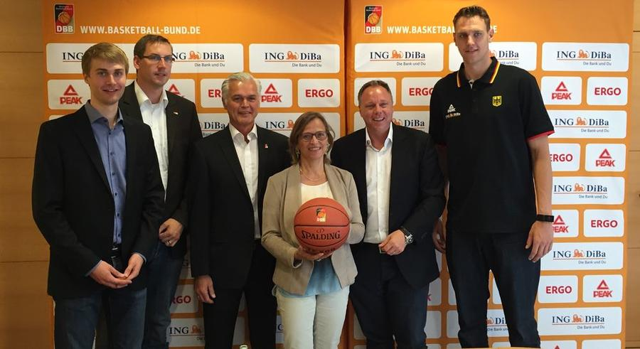 OB Grabe-Bolz, DBB-Vizepräsident Armin Andres (li.), und DBB-Nationalspieler Johannes Voigtmann (rechts) Pressekonferenz zum Herren-Länderspiel im Rathaus