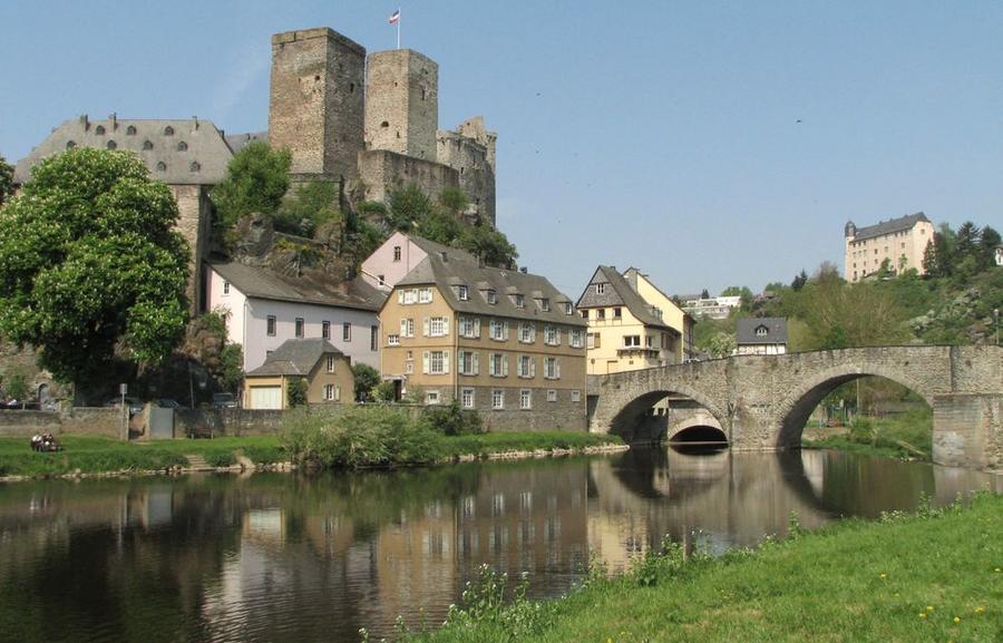 Blick über die Lahn auf die Burg in Runkel