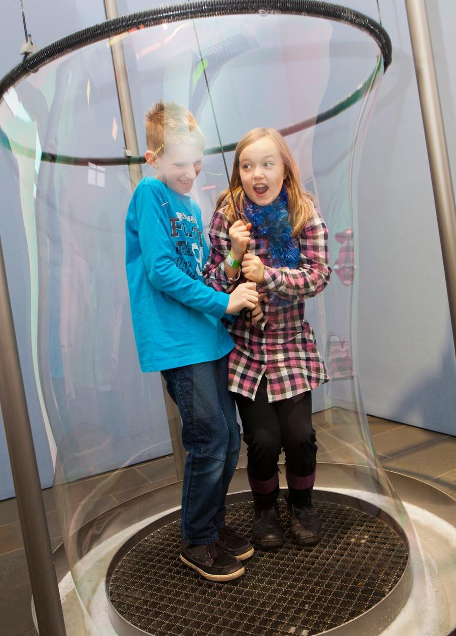 Kinder im Mathematikum - Exponat mit Riesenseifenhaut