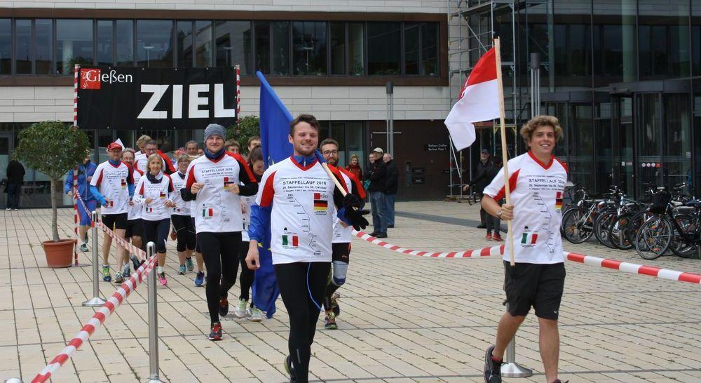 Teilnehmer Staffellauf Ferrara nach Gießen 2016 vor dem Rathaus