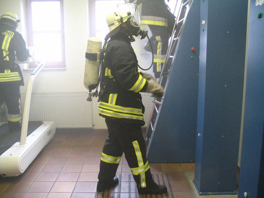 Teilnehmer bei Feuerwehrlehrgang auf Atemschutzstrecke