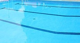 Blick in ein Schwimmbecken