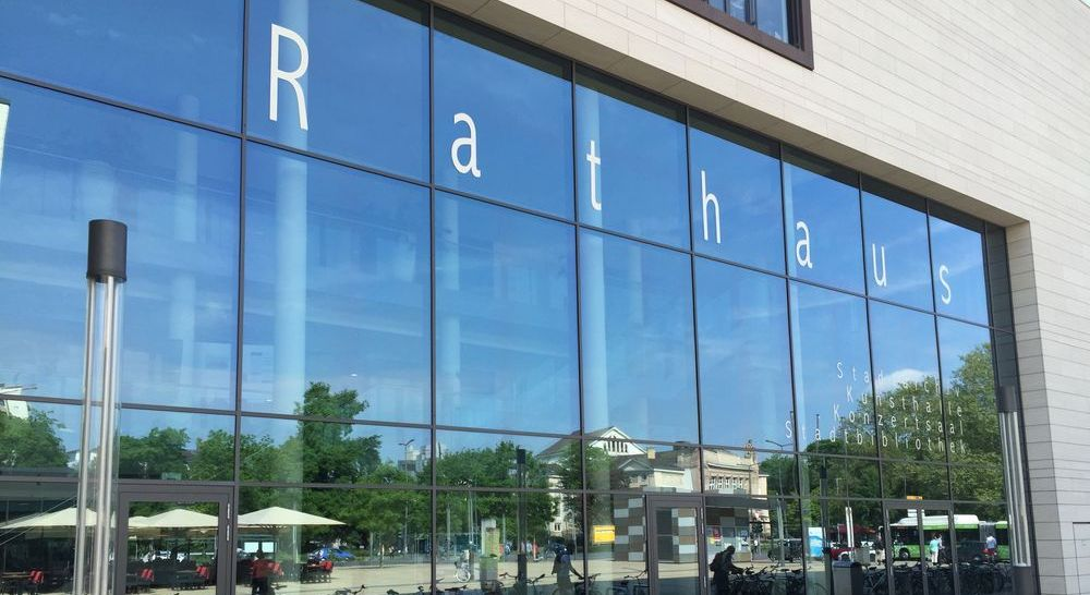 Glasfassade des Rathauses