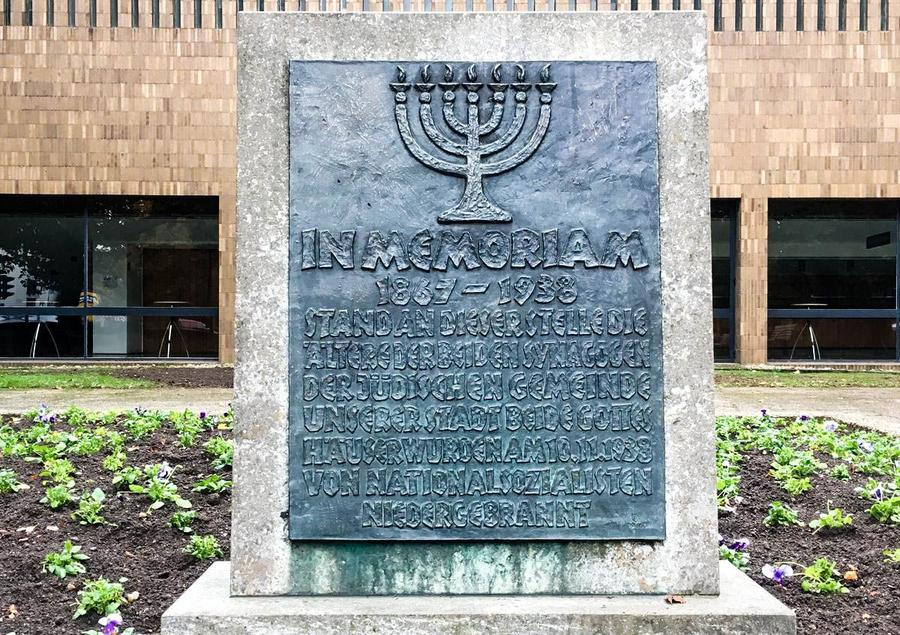 Gedenkstein für die ehemalige Synagoge vor der Kongresshalle
