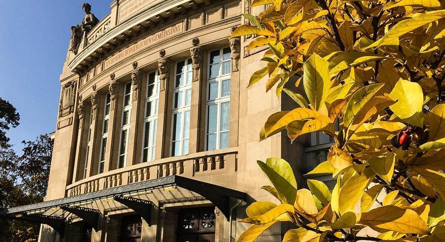 Stadttheater - Außenansicht im Herbst