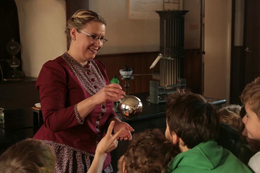 Wie ein Silberspiegel in einem Glaskolben entsteht, erfahren die Kinder im Liebig-Museum von Experimentatorin Mona Weber