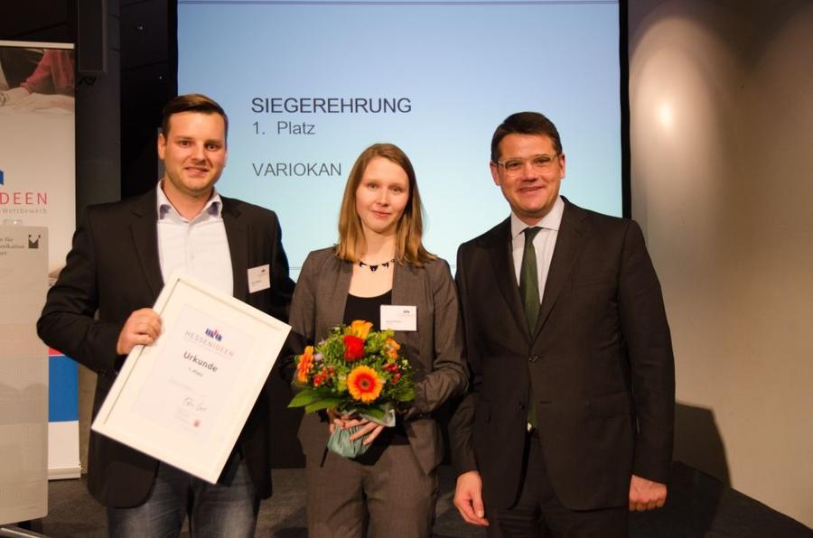 Die BWL-Studierenden Pierre Büttner (links) und Ivana Hrisova wurden von Wissenschaftsminister Boris Rhein (rechts) mit dem  1. Preis beim Hessischen Ideenwettbewerb ausgezeichnet.