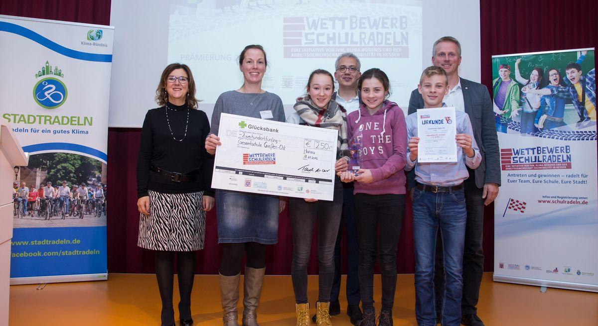 Vertreter der Gesamtschule Gießen Ost erhalten den Stadtradeln-Preis