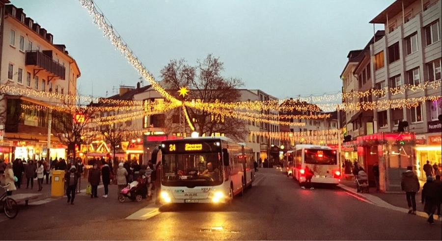Busse am weihnachtlich geschmückten Marktplatz