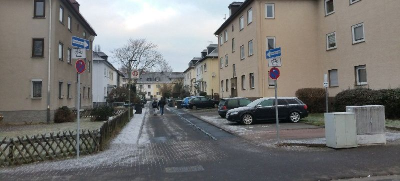 Neue Beschilderung an der Einmündung Wiesecker Weg/Feuerbachstraße
