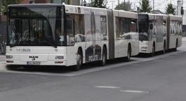 Linienbusse an einer Haltestelle in Gießen