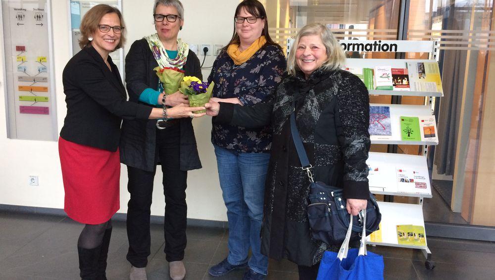 OB und Gleichstellungsbeauftragte verschenken Blumen im Rathaus