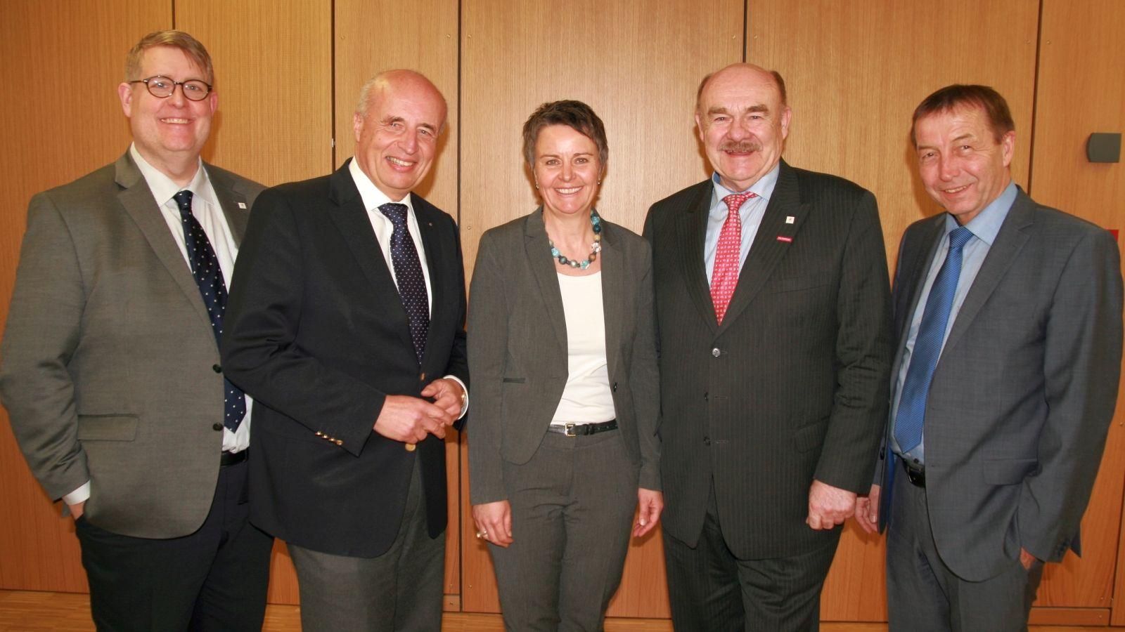Die neue Aufsichtsrats-Vorsitzende Kirsten Fründt (Mitte) mit ihrem Stellvertreter Rainer Schwarz, Gesellschaftsversammlungs-Vorsitzendem Klaus Repp, dessen Stellvertreter Wolfram Dette und Geschäftsführer Jens Ihle (v.r.n.l.)