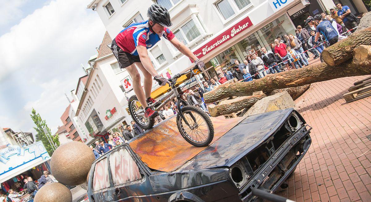 Trialbiker bei Sport in der City in Gießens Innenstadt