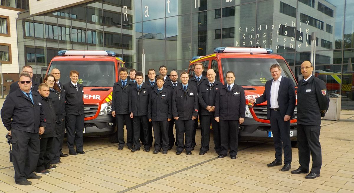Übergabe der Fahrzeugschlüssel durch Stadtrat Peter Neidel an die Einsatzkräfte der Feuerwehr