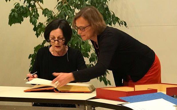 Literaturnobelpreisträgerin Herta Müller trägt sich in Goldene Buch der Stadt Gießen ein
