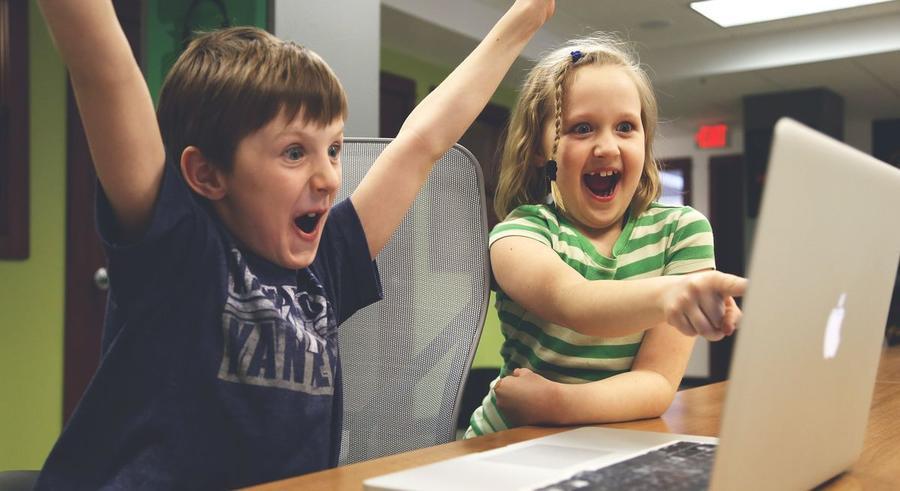 Kinder vor einem Laptop