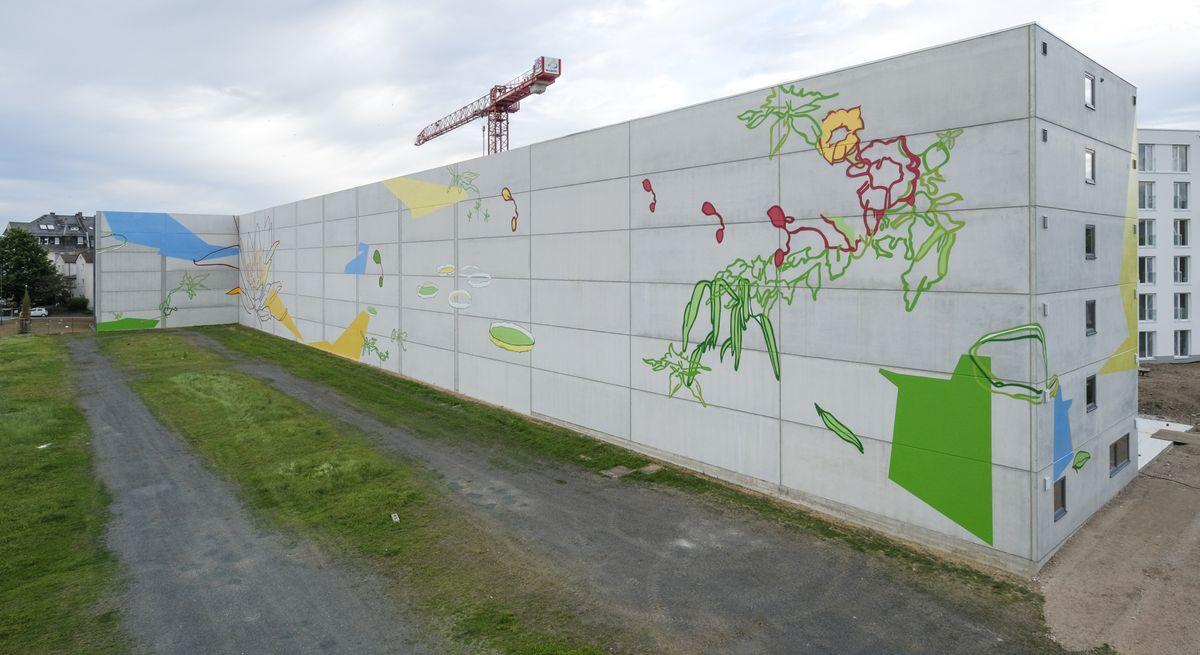 Kunstwerk Blumen gießen von Patrick Borchers auf der Parkhauswand Schlachthofgelände