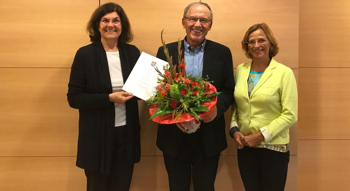 Hugo Görlach wird im Rathaus für 40 Jahre Mitgliedschaft im Ortsgericht geehrt