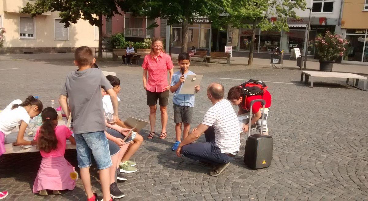 Kinder beim Sonderprogramm Der Apparat zur Ernst Eimer-Ausstellung