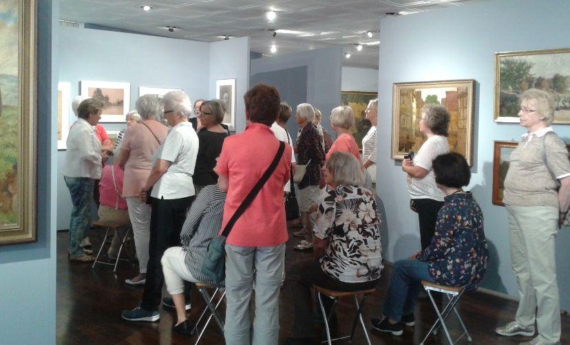 Besucher bei Ernst Eimer Ausstellung im Alten Schloss