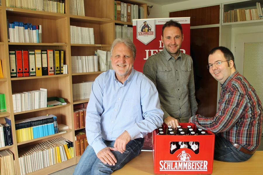 Geschäftsführer Florian Dreyer (Mitte) und seine Mitstreiter Andreas Hildenbrand (rechts) und Rainer Kühl (links) mit dem Schlammbeiser-Pils