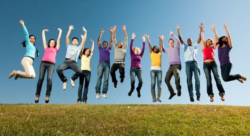 Gruppe Jugendliche springt in die Höhe