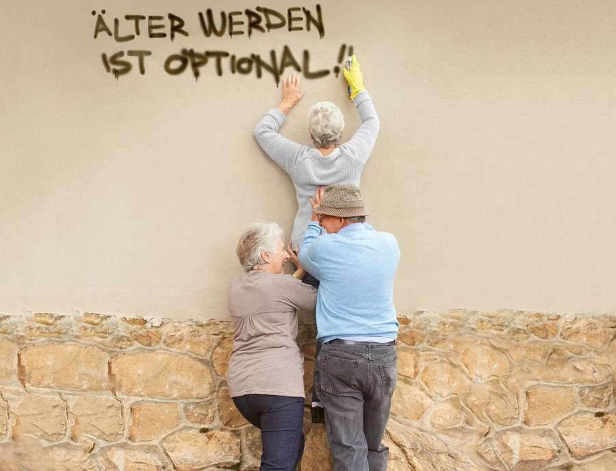 Senioren beschreiben eine Wand