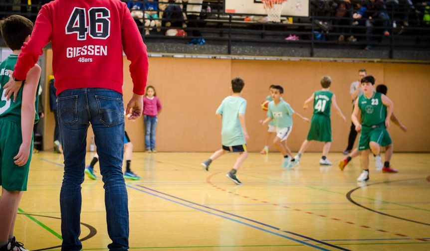 Kinder beim Basketballspielen