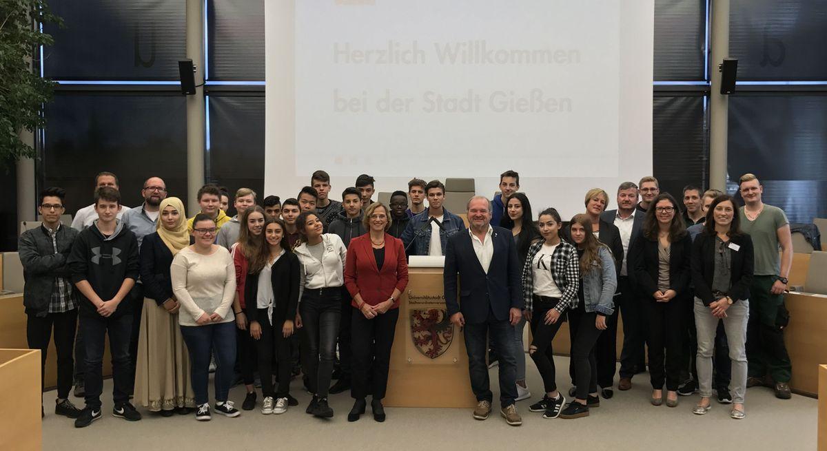 Schüler der Friedrich-Ebert-Schule im Stadtverordnetensitzungssal im Rathaus - Gruppenbild