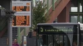Digitale Anzeigentafel mit den Abfahrtszeiten für Busse