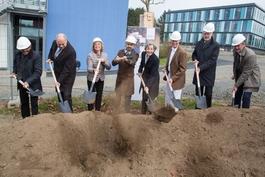 Der Spatenstich (v.l.n.r.: Prof. Dr. Trinad Chakraborty (JLU), Thomas Platte (LBIH), Dietlind Grabe-Bolz (Universitätsstadt Gießen), Prof. Dr. Joybrato Mukherjee (JLU), Irene Bauerfeind-Roßmann (HMWK), Prof. Dr. Werner Seeger (JLU), Prof. Dr. Wolfgang Wei
