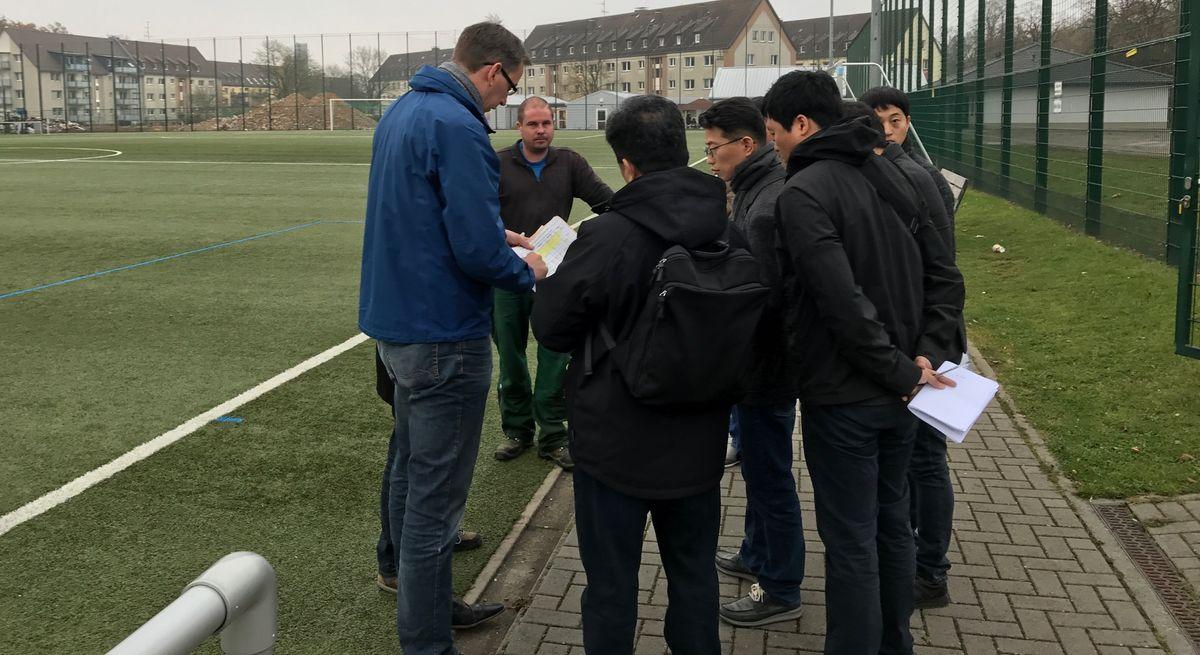 Delegation aus Südkorea begutachtet eine Sportanlage