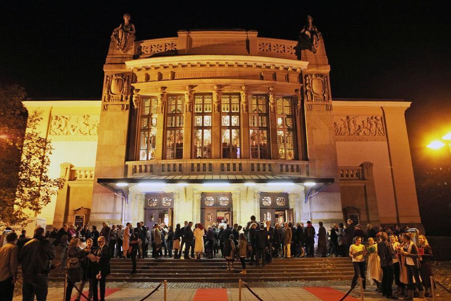 Stadttheater mit Publikum bei Abendveranstaltung