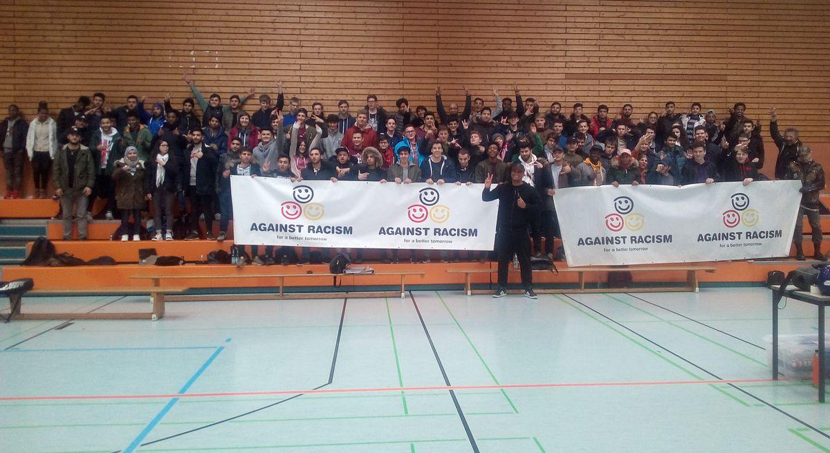 Künstler 2schneidig mit Schülern in der Theodor-Litt-Schule