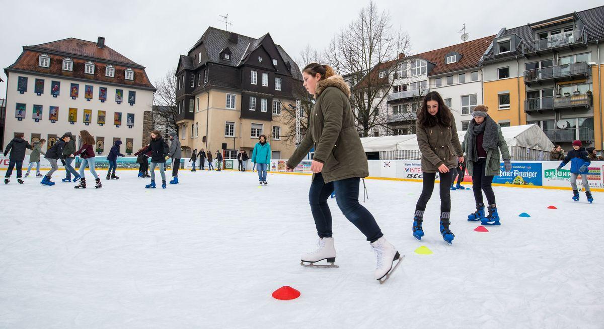 Schlittschuhläufer auf der Eisbahn am Kirchenplatz