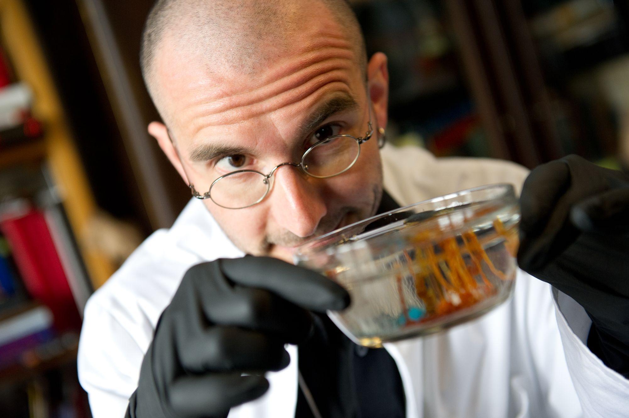 Mark Benecke bei einem Experiment