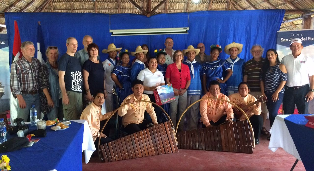 Gießener Delegation mit Folkloregruppe und Hafenmeister in San Juan del Sur