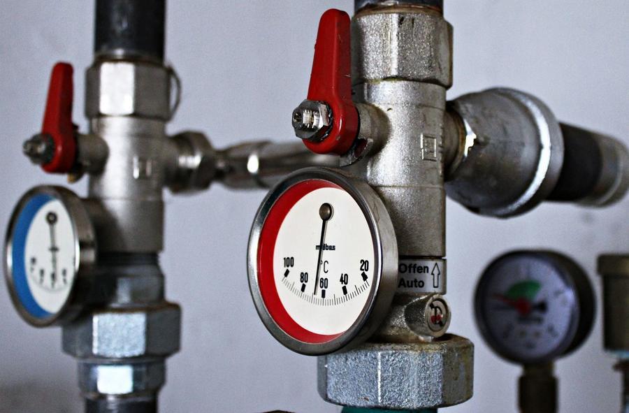 Rohre mit Temperaturanzeige einer Heizungsanlage