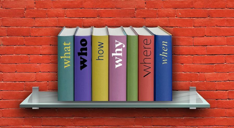 Bücher auf einem kleinen Wandregal