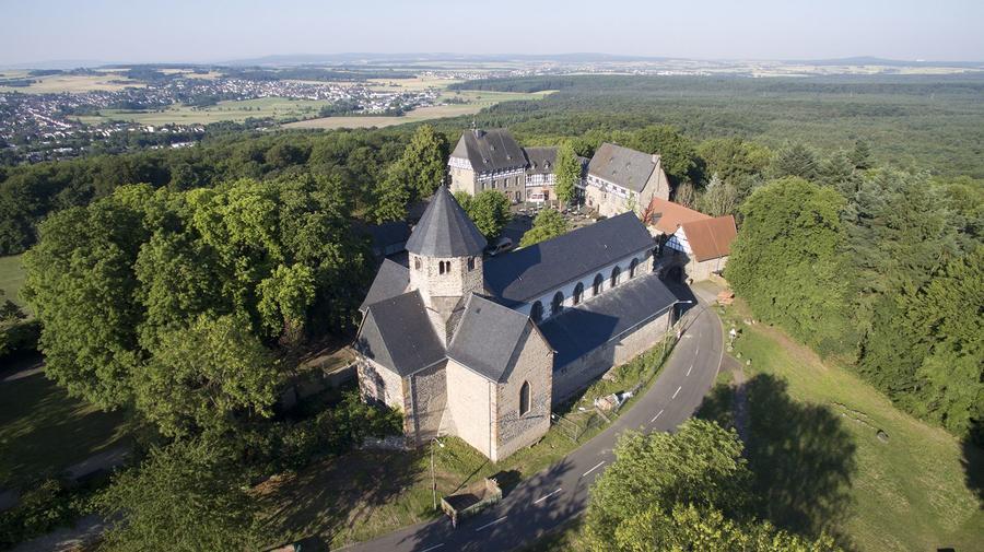 Basilika auf dem Schiffenberg - Luftaufnahme