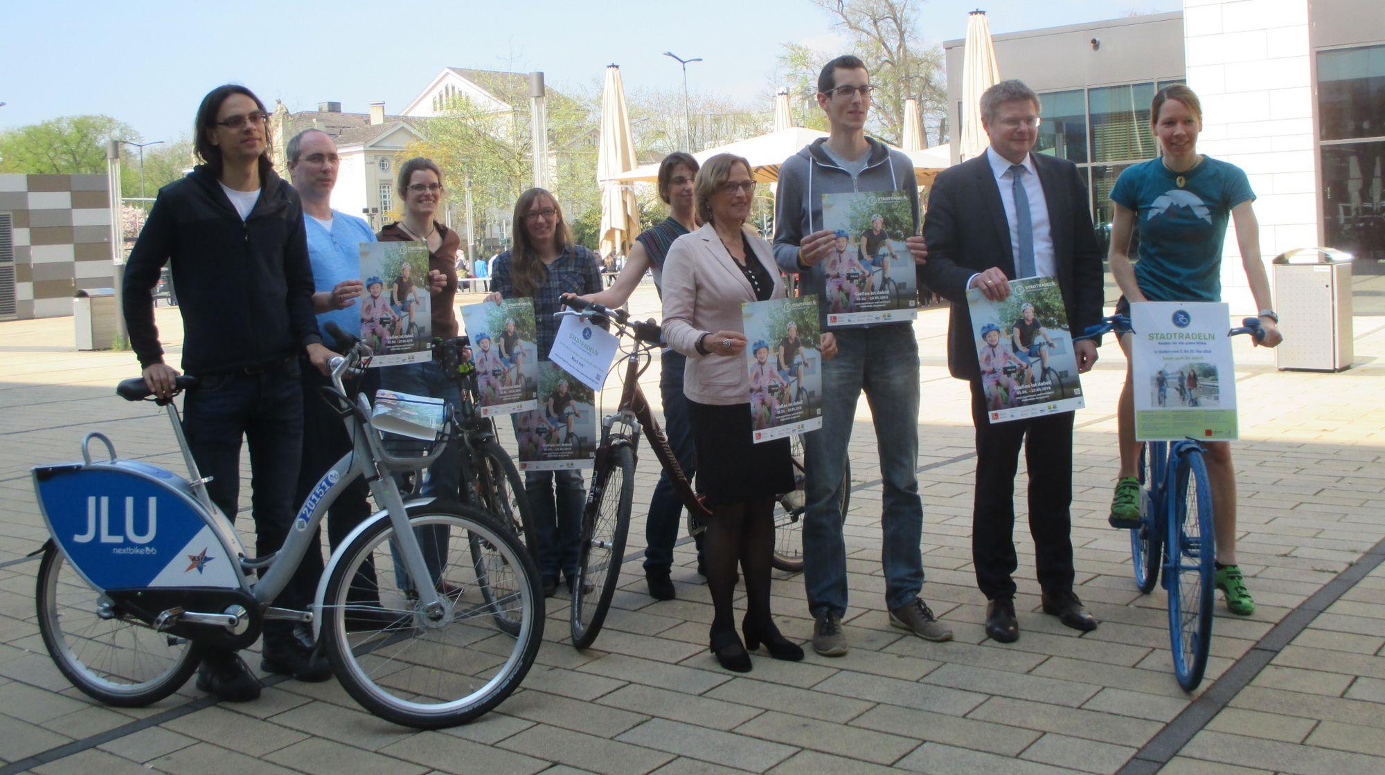 STADTRADELN 2018-Beteiligte vor dem Rathaus