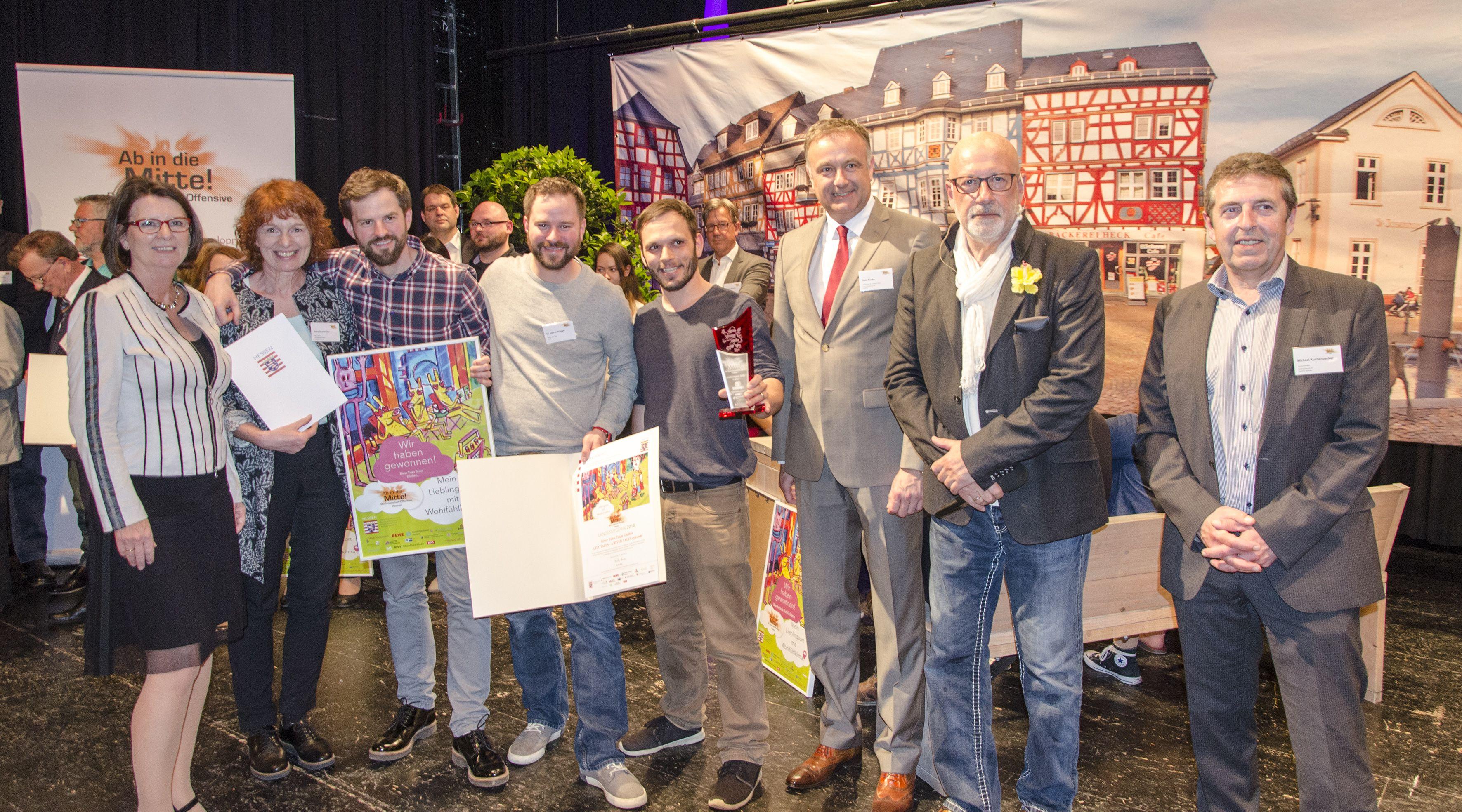 v. links n. rechts: Ministerin Priska Hinz; Petra Stuhlmann, Wirtschaftsförderung Gießen; Kai Krieger, 3Steps; Uwe Krieger, 3Steps; Joachim Pitt, 3Steps; Jury-Mitglieder »Ab in die Mitte«