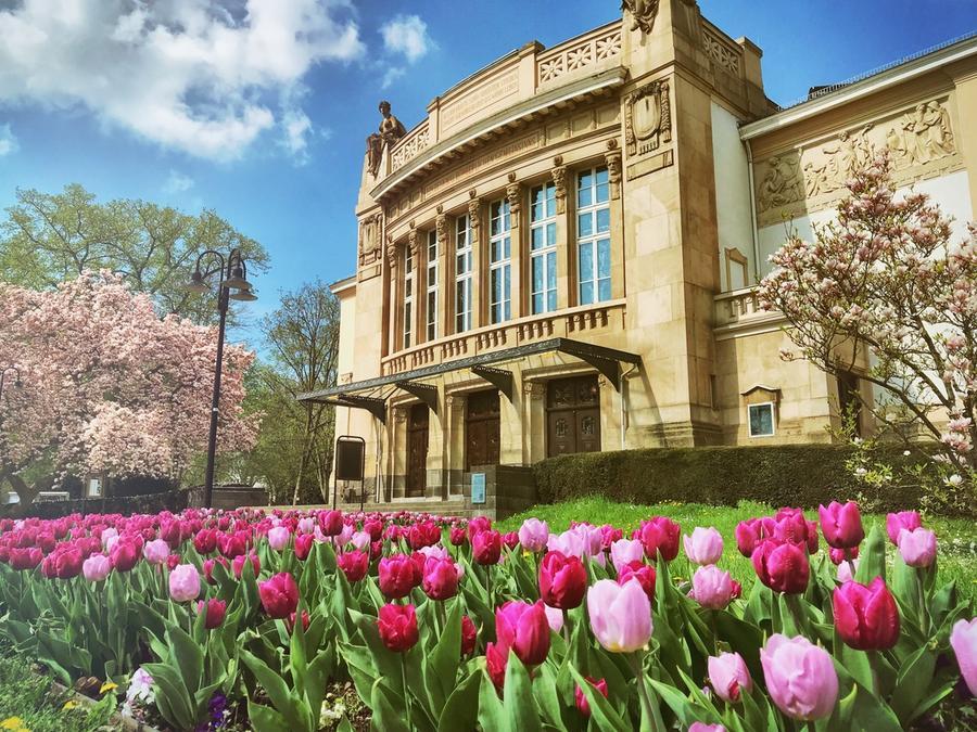 Stadttheater im Frühling