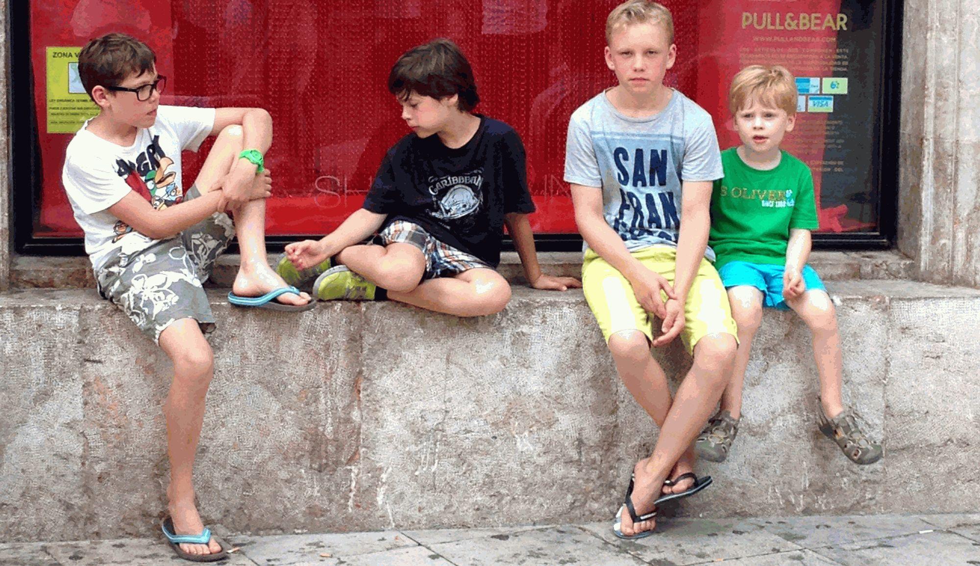 Kinder auf einer Mauer