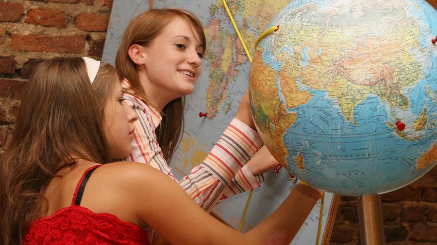Besucherinnen im Mathematikum betrachten einen Globus
